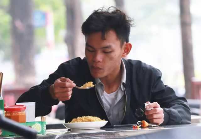 Nhiều chủ quán bình dân cho biết, bản thân phố Trần Vỹ không gần các cơ quan, công sở nên lượng khách vào buổi trưa khá thưa.