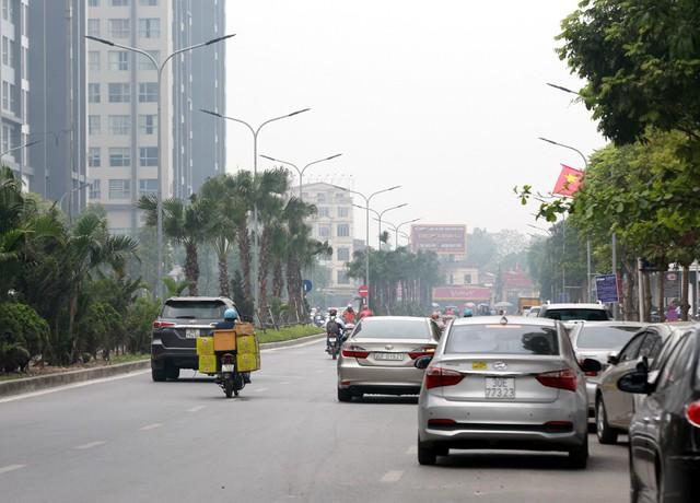 Phố Hàm Nghi (quận Nam Từ Liêm) được xem là một trong những tuyến phố khá sôi động về hoạt động kinh doanh, buôn bán thực phẩm. Tuyến phố này có hàng chục nhà hàng phục vụ đồ ăn theo phong cách nước ngoài. Ngoài ra những quán ăn phục vụ các món truyền thống của Việt Nam cũng hoạt động rầm rộ.