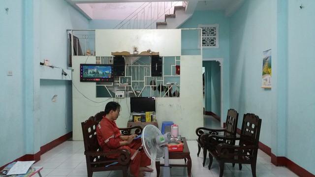 Công trình nằm trên một mảnh đất rộng 100 m2 tại đường Đô Lương, thành phố Vũng Tàu, được cải tạo trong năm 2018. Trước đây, ngôi nhà cũ chỉ có một tầng với diện tích sử dụng 70m2, gồm một phòng khách, một phòng ngủ, bếp, nhà vệ sinh, cầu thang và sân thượng. Giếng trời nhỏ cuối nhà chỉ đủ sáng cho bếp. Phòng ngủ nằm giữa rất bí và không lấy sáng tự nhiên được. Phần mặt tiền nhà là một kiot nhỏ để bán hàng.