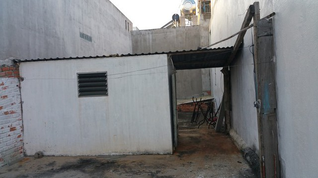 Tum trên tầng hai của ngôi nhà cũ trước khi cải tạo. Sau khi khảo sát căn nhà cũ, hai kiến trúc sư Nguyễn Thị Xuân Hải, Trần Văn Huynh (công ty thiết kế H2) nhận thấy kết cấu nền móng đủ để lên thêm hai tầng.