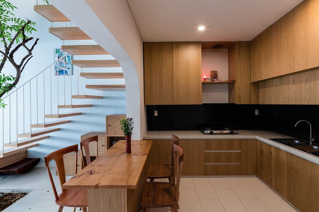 Khu bếp và phòng ngủ bố mẹ được đổi vị trí cho nhau. Bếp liên thông với phòng khách qua một khoảng không gian thông tầng, nhờ thế không gian sinh hoạt chung sau cải tạo thông thoáng hơn hẳn. Cầu thang cũ được đập bỏ thay bằng hệ cầu thang mới.