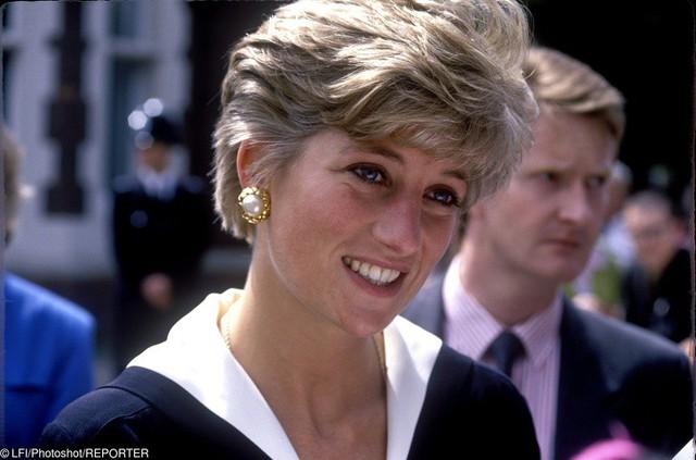 Diana có đôi mắt nhân hậu và dễ gần với mọi người.