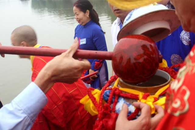 Quá trình lấy nước thiêng cho giữa dòng sông Tranh, nơi phát tích về câu chuyện