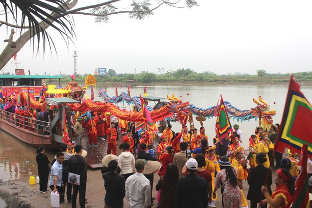Sau khi lấy được nước thiêng để về thờ trong đền và làm lễ, đoàn rước quay trở về đền Tranh tiến hành khai hội