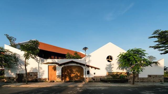 Ngôi nhà được xây trên một miếng đất rộng 528 m2 tại một khu đô thị đang phát triển ở Nha Trang.