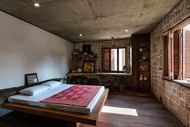 Ở một số khu vực dưới tầng một, những bức tường đá chẻ dày 35cm được dựng lên, vừa để chống nắng nóng, làm mát không khí bên trong nhà, vừa như một cách trang trí giúp tăng nét mộc mạc.