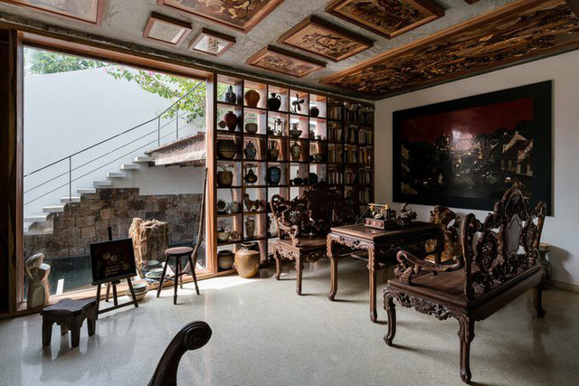 Ngôi nhà còn là gallery trưng bày những món đồ cũ cũng như những cuốn sách hay đã được chủ nhà sưu tầm qua năm tháng. Tất cả các không gian trong nhà đều mang lại cảm giác hoài cổ và gần gũi thiên nhiên.