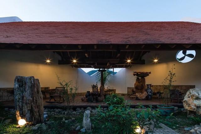 Trong khuôn viên công trình, đối diện với khu nhà hai tầng là một không gian mở để chủ nhà uống trà, tận hưởng thiên nhiên.