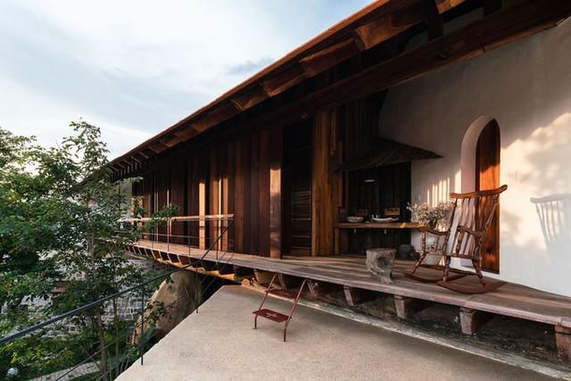 Tầng hai kiểu nhà sàn là nơi thư giãn chính của gia chủ, được làm toàn phần từ gỗ, mỗi loại gỗ phù hợp với từng hạng mục khác nhau (mái, sàn, trong nhà, ngoài trời...).
