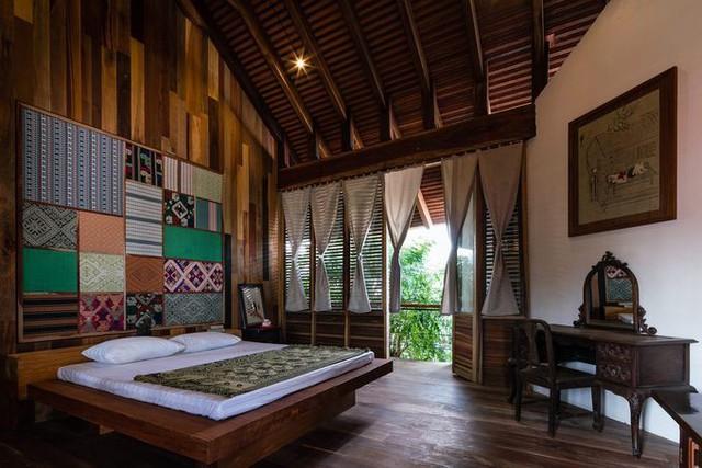 Phòng ngủ ở đây có những trang trí thổ cẩm gợi nhớ các nhà sàn vùng Tây Bắc.