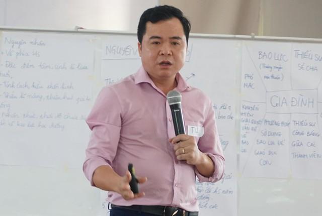 TS Tâm lý học Phạm Văn Tư, ĐH Sư phạm Hà Nội chia sẻ tại Chương trình tập huấn nâng cao năng lực về phòng ngừa bạo lực học đường. Ảnh: Quyên Quyên.