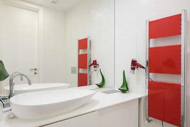Cánh cửa vào phòng tắm được cách điệu bởi dải màu được lấy ý tưởng từ dải phân cách theo màu đỏ đô khá bắt mắt.