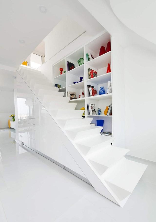 Một cầu thang thời trang được nối từ tầng hai xuống tầng một khá tinh tế. Một tủ đồ được đặt ngay cạnh để mọi người có thể đứng ở các bậc và với tay lấy một cách dễ dàng.