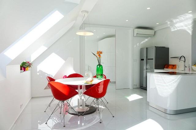 Như đã nói ở trên, mỗi không gian chủ nhân lại tổ chức trang trí độc một màu sắc nổi bật đế kết hợp với màu trường trắng. Như phòng bếp này là màu đỏ đô.