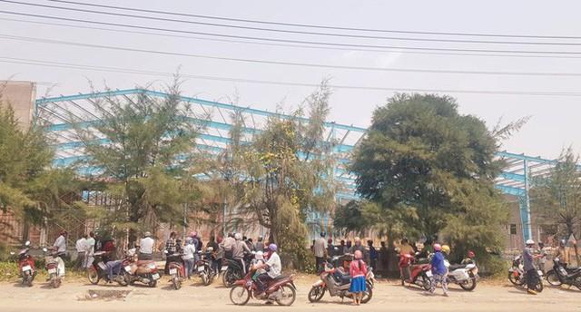 Hiện trường đống đổ nát sau vụ sập tường làm 6 người chết khiến nhiều người dân bàng hoàng.