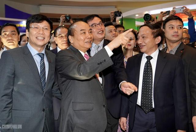 Thủ tướng đi thăm các gian trưng bày. Ảnh CP