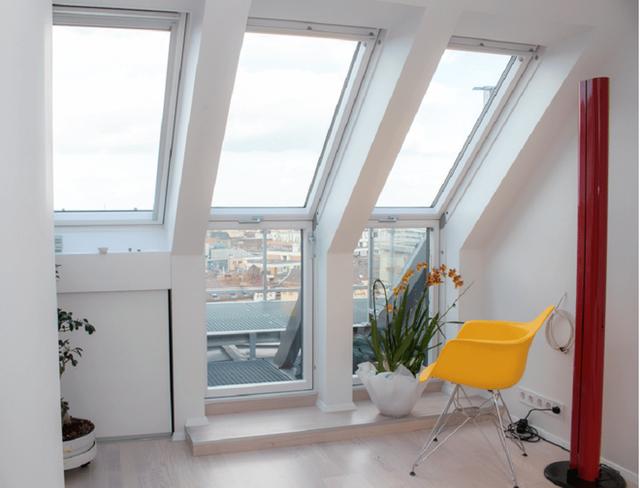 Một góc ngồi nhỏ với tổ hợp 5 chiếc cửa sổ được bố trí sát ngay phòng khách để xem khung cảnh thành phố bên dưới. Tuyệt vời làm sao khi chủ nhân ngôi nhà có thể quan sát thành phố khi nó thay đổi từ ban ngày sang ban đêm.