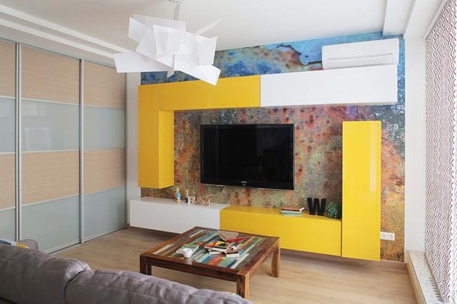Bức tường chính của phòng khách cũng được trang trí khéo léo từ màu sắc nổi bật.