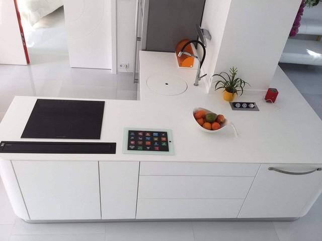 Nhà bếp được bố trí một không gian vừa đủ bên sát tường, với các vật dụng thiết yếu thôi, trông vô cùng đơn giản và tinh tế.