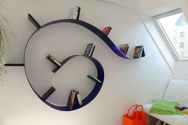 Một kệ sách khá sáng tạo và cách điệu được gắn trang trí trên tường giúp không gian đọc sách trở nên tinh tế hơn.