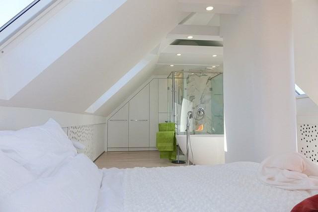 Từ góc nhìn này bạn sẽ thấy màu trắng đã giúp không gian của ngôi nhà rộng lớn và ăn gian được diện tích đến mức nào.