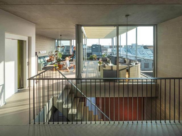 Các không gian tầng trên thoáng và đặc biệt có ban công rộng để từng thành viên đều có không gian thư giãn.