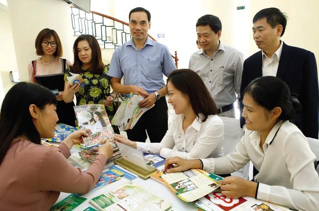 Cán bộ Chi cục DS- KHHGĐ Hà Nội và Tổng cục Dân số truyền thông về công tác dân số đến cộng đồng.     ảnh: N. Hòa