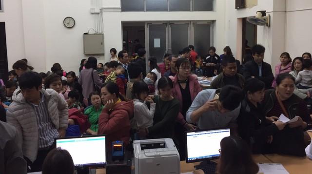 Người dân Bắc Ninh chen chúc chờ đăng ký thông tin, thủ tục xét nghiệm sán lợn tại Bệnh viện Bệnh nhiệt đới Trung ương.