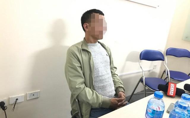 Bố nạn nhân trao đổi với PV. Ảnh: Đăng Khoa