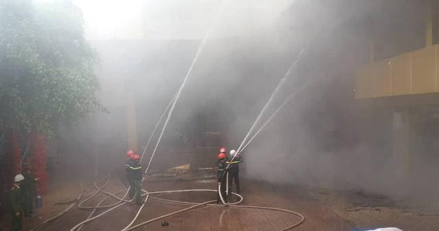 Lực lượng PCCC đang tích cực dập lửa.