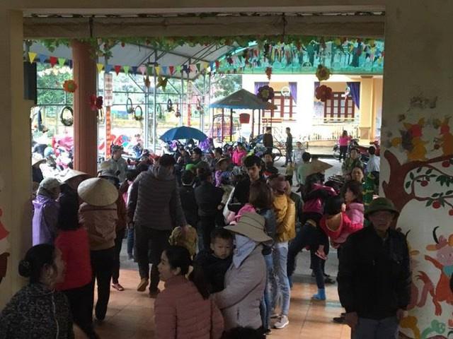 Người dân xã Thanh Khương (Thuận Thành, Bắc Ninh) tập trung ở trường mầm non đợi lấy mẫu xét nghiệm sán lợn cho con em mình.