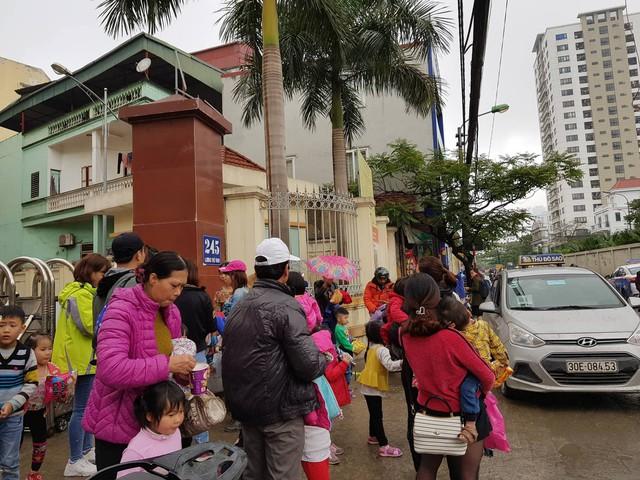 Người dân Thuận Thành, Bắc Ninh đưa con em đi xét nghiệm sán lợn tại Viện sốt rét - Ký sinh trùng - Côn trùng Trung ương (Hà Nội) sáng 18/3.
