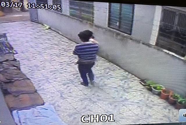 Hình ảnh anh Th. vào tận nhà bế bé gái 3 tuổi ra quán nước đầu làng. Ảnh: TL