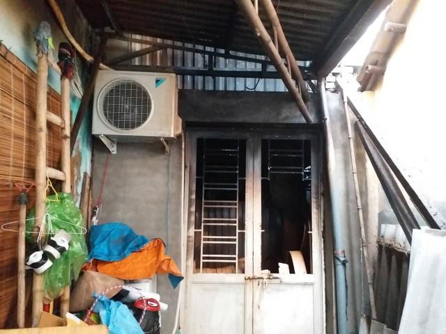Cửa ra phía sau của cơ sở Sao Mai bị bịt kín gây khó khăn cho công tác PCCC