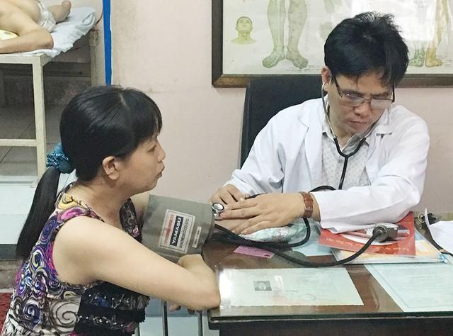 Lương y Phạm Ngọc Khánh khuyên mọi người nên thường xuyên đi tầm soát sức khỏe, vì bệnh mạch vành không chỉ người lớn tuổi mới mắc phải.