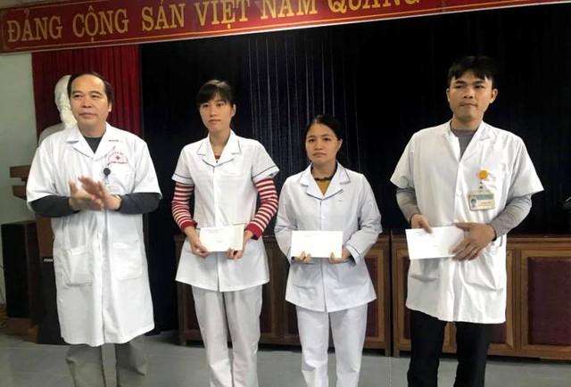 Lãnh đạo Trung tâm y tế tuyên dương, khen thưởng 3 nhân viên trong kíp trực hiến máu cứu sống sản phụ Linh. Ảnh: Quý Phùng