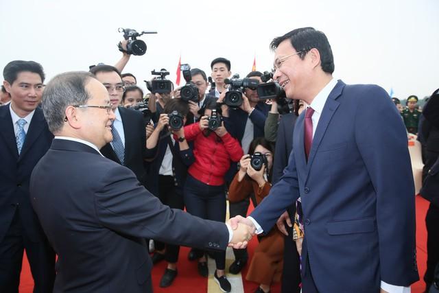 Lãnh đạo 2 tỉnh Quảng Ninh và Quảng Tây bắt tay chào mừng sự kiện quan trọng này