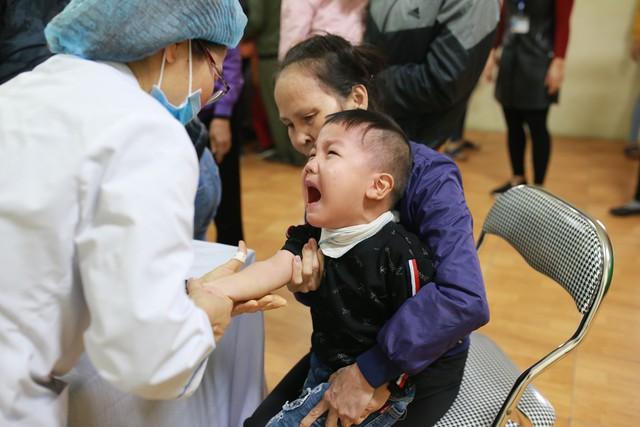 Trẻ em Thuận Thành được lấy mẫu máu xét nghiệm sán lợn tại chỗ.
