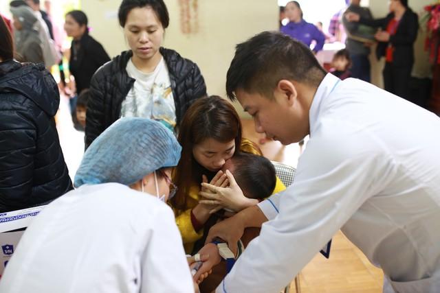 Cán bộ y tế Bắc Ninh lấy mẫu máu xét nghiệm sán lợn miễn phí cho trẻ em ở Thuận Thành, Bắc Ninh.