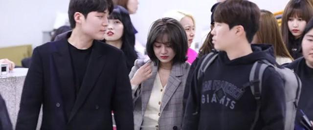 Jihyo đang cùng các thành viên khác trong nhóm nhạc hướng tới cổng khởi hành sân bay tại sân bay quốc tế Gimpo cho chuyến lưu diễn ở Nhật Bản.