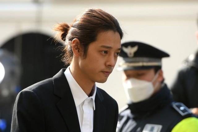 Ca sĩ nam K-pop, Jung Joon-young, bị cáo buộc bí mật quay lại clip khi quan hệ tình dục với 10 cô gái và chia sẻ những clip sex đó một cách bất hợp pháp.