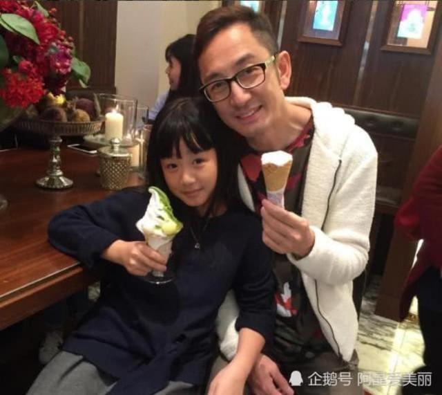 Ngô Khải Hoa hạnh phúc bên con gái.