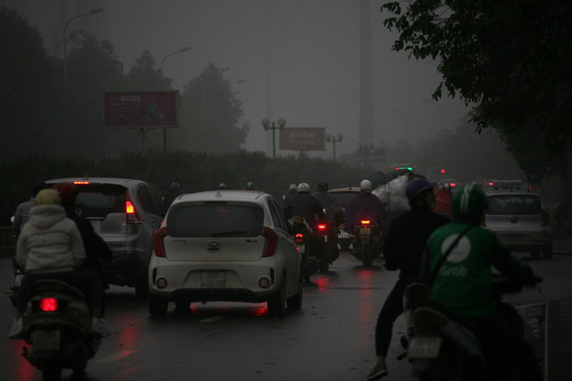 Nhiều đoạn đường phương tiện giao thông phải di chuyển chậm chạm do tầm quan sát hạn chế.