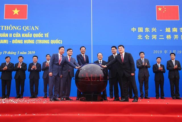 Đại diện lãnh đạo 2 tỉnh Quảng Ninh và Quảng Tây cùng bấm nút thông quan cầy cầu Bắc Luân II