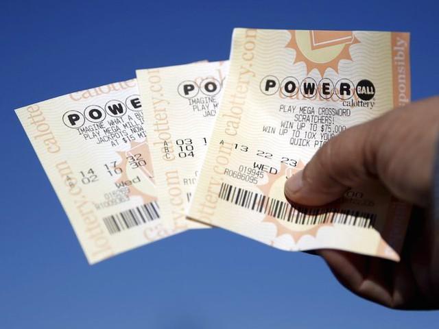 Rất nhiều người mua vé số mỗi ngày với hy vọng trúng một khoản tiền lớn. Tuy nhiên, trò chơi may rủi này đang khiến bạn mất nhiều hơn được. Bạn chắc chắn mất tiền khi mua xổ số, và chẳng có gì đảm bảo mình sẽ trúng.