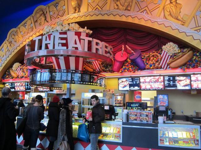 Các rạp phim không chỉ kiếm lời từ vé, mà từ đồ ăn thức uống. Bỏng ngô, kẹo, nước uống ở đây có giá cao gấp nhiều lần bên ngoài.