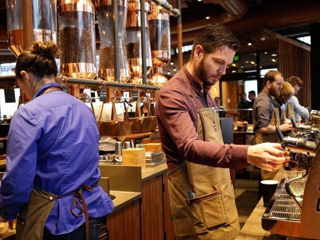 Trước khi các chuỗi cửa hàng như Starbucks xuất hiện tại mọi con phố, người ta vẫn pha cà phê tại nhà. Dù phải xếp hàng dài, chịu mức giá đắt đỏ hơn nhiều, các cửa hàng này vẫn hút khách.
