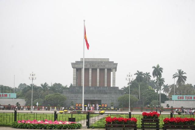 Lăng Chủ tịch Hồ Chí Minh trước lúc đoàn nước CHDCND Triều Tiên đến viếng vẫn đón tiếp nhân dân bình thường.
