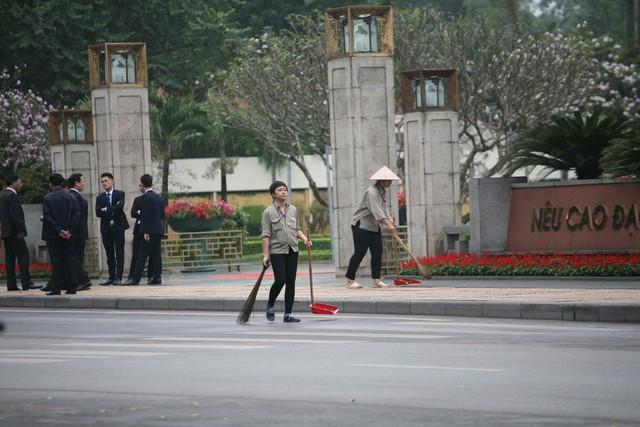 Trước tượng đài liệt sĩ vô danh các công nhân dọn dẹp sạch sẽ trước giờ đón đoàn.