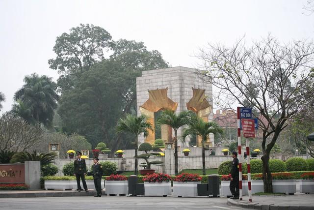 Tượng đài liệt sĩ vô danh được bảo vệ nghiêm ngặt.